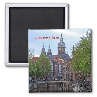 Aimant Amsterdam. Canal et église de saint Nicholas