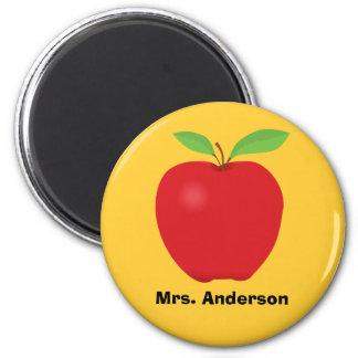 Aimant Apple rouge sur l'arrière - plan jaune et