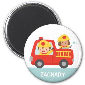 Aimant Camion de pompiers rouge avec le garçon et le
