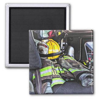 Aimant Casque jaune du feu dans le camion de pompiers