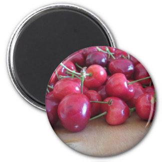 Aimant Cerises mûres rouges sur le plateau en bois