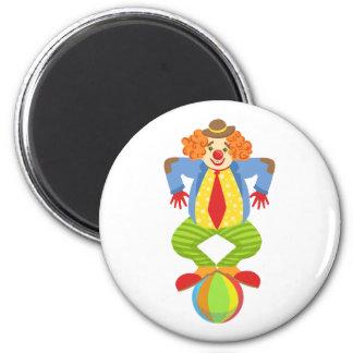 Aimant Clown amical coloré équilibrant sur la boule dans