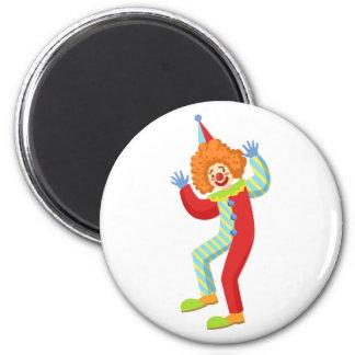 Aimant Clown amical coloré exécutant dans Outf classique