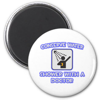 Aimant Conservez l'eau. Douche avec un docteur