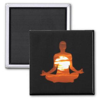 Aimant Équipez le yoga méditant dans le soleil 01 de