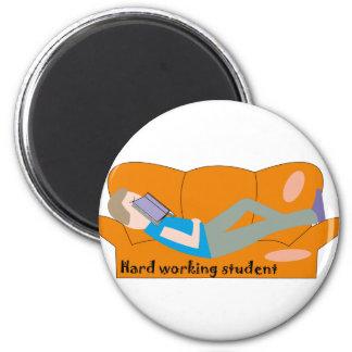 Aimant Étudiant travaillant dur