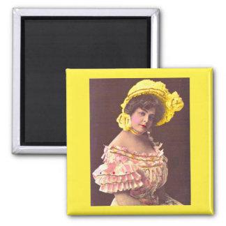Aimant femme de 1890s dans la copie froncée de vêtement