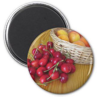 Aimant Fruits frais d'été sur la table en bois légère