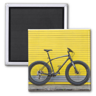 Aimant Gros vélo sur le mur jaune