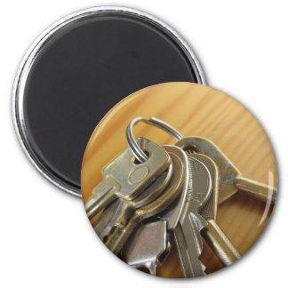 Aimant Groupe de clés usées de maison sur la table en
