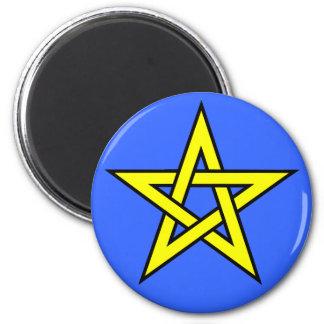 Aimant Jaune de pentagone étoilé sur le bleu