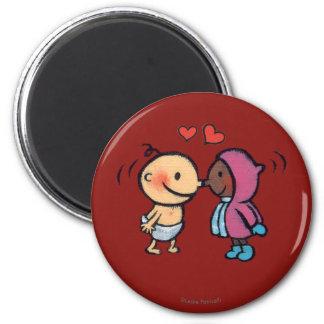Aimant Le nez esquimau amical embrasse des enfants
