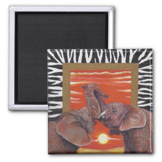 Aimant L'éléphant dans le coucher du soleil d'amour et le