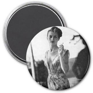 Aimant les années 1950 fumant la fille de scène sur la
