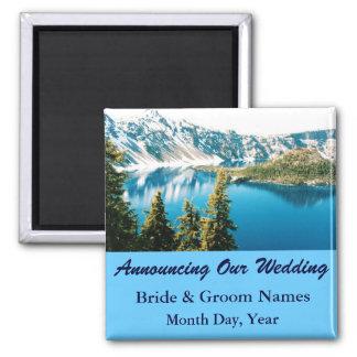 Aimant Les montagnes sur le mariage de lac sauvent