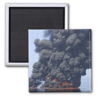 Aimant Les nuages foncés de la fumée et du feu émergent 2