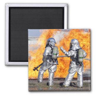 Aimant Les sapeurs-pompiers luttent un feu simulé
