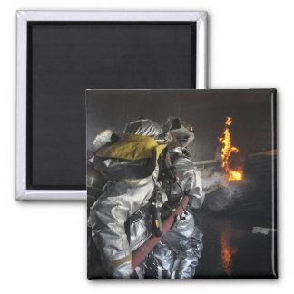 Aimant Les sapeurs-pompiers s'éteignent un feu dans un RO