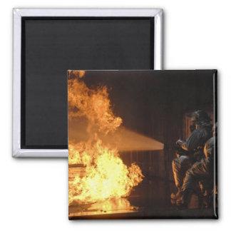 Aimant Les sapeurs-pompiers s'éteignent un sapin simulé