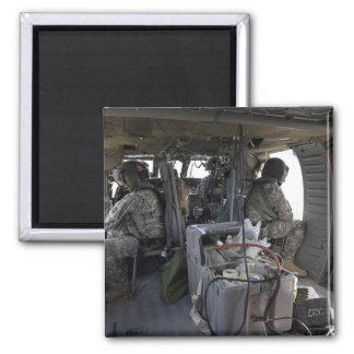 Aimant les soldats observent pour des risques