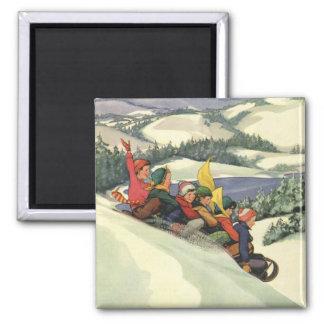 Aimant Noël vintage, enfants Sledding sur une montagne