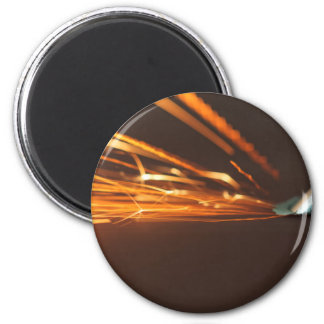 Aimant Outil en acier sur une broyeur avec des étincelles