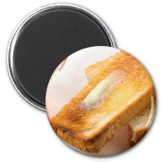 Aimant Pain grillé chaud avec du beurre sur un plan