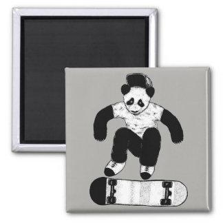 Aimant Panda faisant de la planche à roulettes