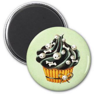 Aimant Petit gâteau noir de Halloween avec les crânes