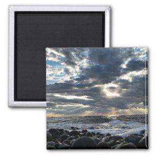 Aimant Rayons de soleil sur un rivage rocheux
