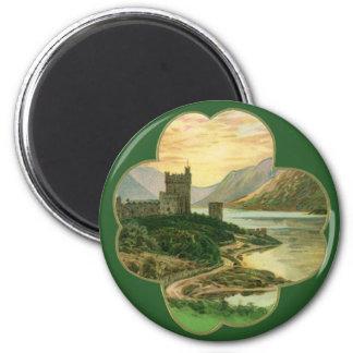 Aimant Shamrock chanceux vintage d'or avec un château