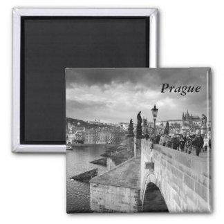 Aimant sur le pont de Charles sous un ciel orageux à
