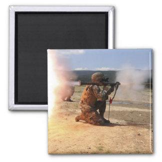 Aimant Un assaultman met le feu à une grenade à fusée