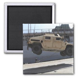 Aimant Une grue soulève un M998 Humvee