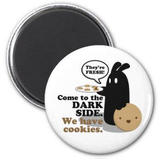 Aimant Venez au côté en noir. Nous prenons des biscuits.