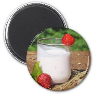 Aimant yaourt avec le fruit sur un conseil