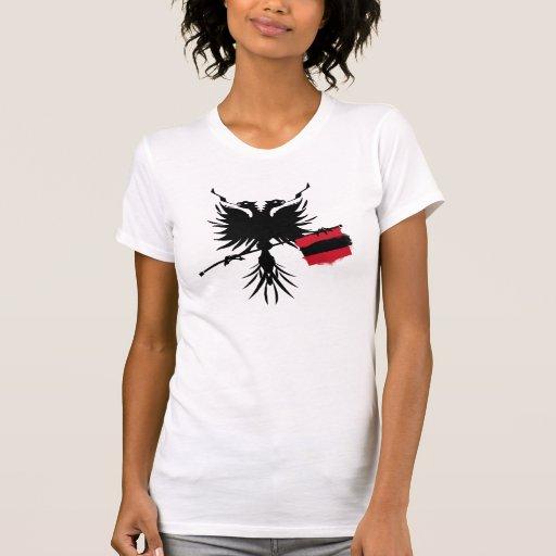 Albanais Eagle avec le T-shirt de dames de drapeau