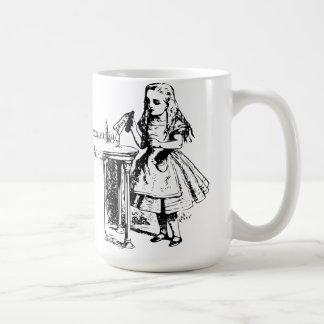 Alice classique dans la tasse du pays des merveill