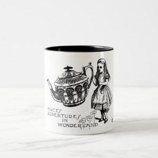 Alice dans la tasse du pays des merveilles