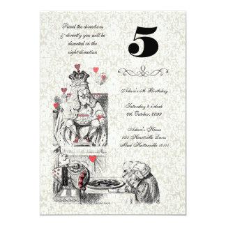 Alice dans l'anniversaire rouge de thé de coeurs carton d'invitation  12,7 cm x 17,78 cm