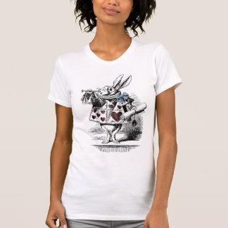 Alice dans le T-shirt blanc de lapin du pays des