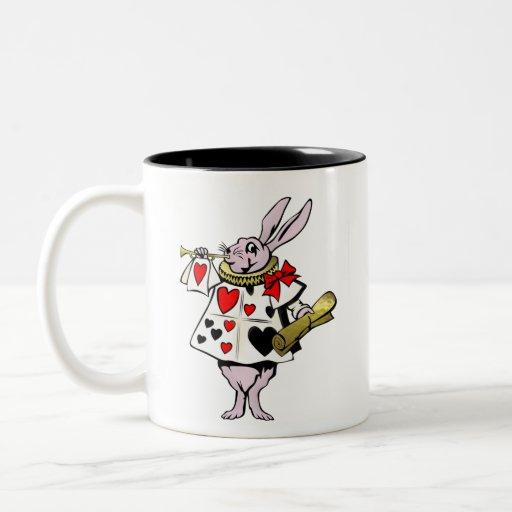 Alice dans les lièvres du pays des merveilles, la tasses à café