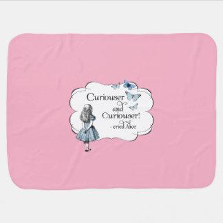 Alice dans une couverture rose plus curieuse de couvertures pour bébé