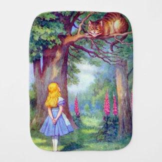 Alice et le linge de bébé de chat de Cheshire