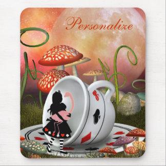 Alice, flamant et tasse de thé surréalistes tapis de souris