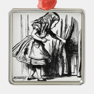 Alice trouve une porte ornement carré argenté