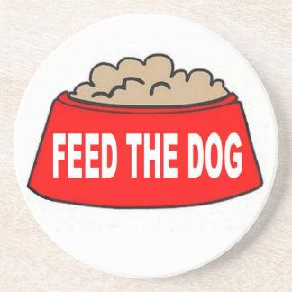 Alimentation rouge de bol d'aliments pour chiens d dessous de verre