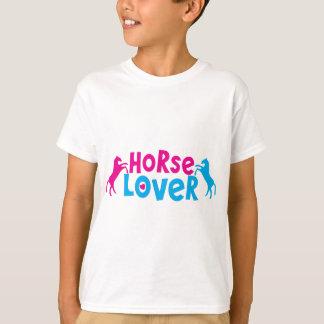 Amant de cheval avec deux chevaux de élevage dans t-shirt