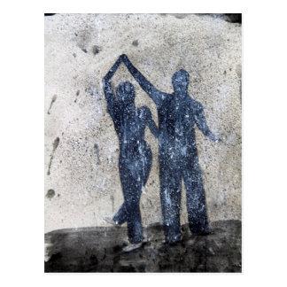 Amants dansant sous la pluie carte postale