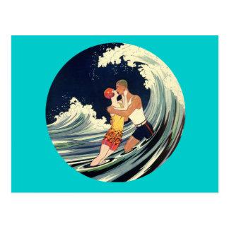 Amants de surfer embrassant l'illustration vintage carte postale